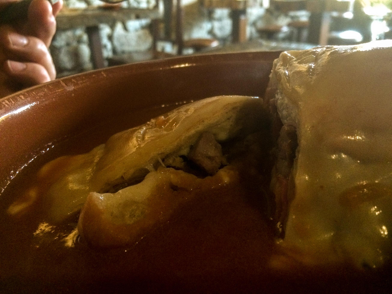 Francesinha típica de Oporto que comimos en la Taberninha do Manel , no puedes visitar Oporto sin probar este plato. - Los viajes de Margalliver que ver en Oporto